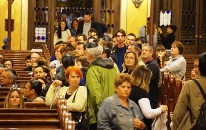 Kígyózó sorok, több ezer látogató a Múzeumok Éjszakáján