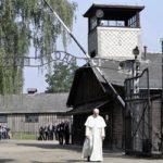 Az auschwitzi haláltáborban imádkozott Ferenc pápa