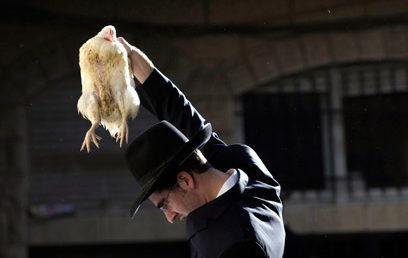 Jom Kippur előtti szertartások sora: mikve, kapore, temetőlátogatás