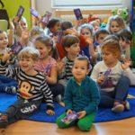 Gyerekeknek és az Israel Sela lakóinak osztottak csokoládét a Dohány körzettől