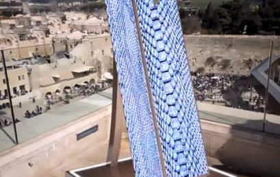 Közel két méter magas a világ legnagyobb mezüzéje