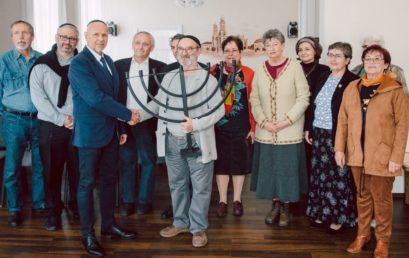 A Hunyadi téri közösség adományozott menórát a szombathelyi zsinagógának