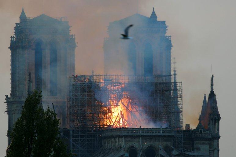 A BZSH egymillió forintot adományoz a Notre Dame felújítására