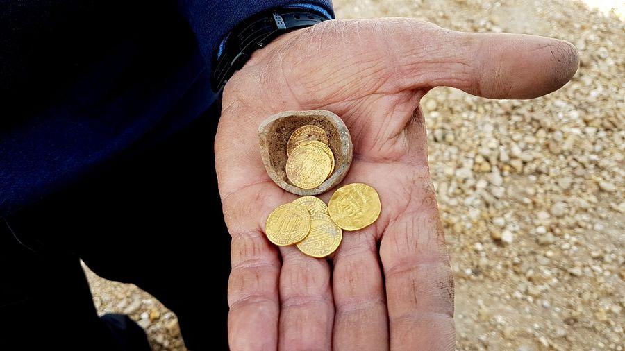 Ezerkétszáz éves aranypénzekre bukkantak Javne városánál
