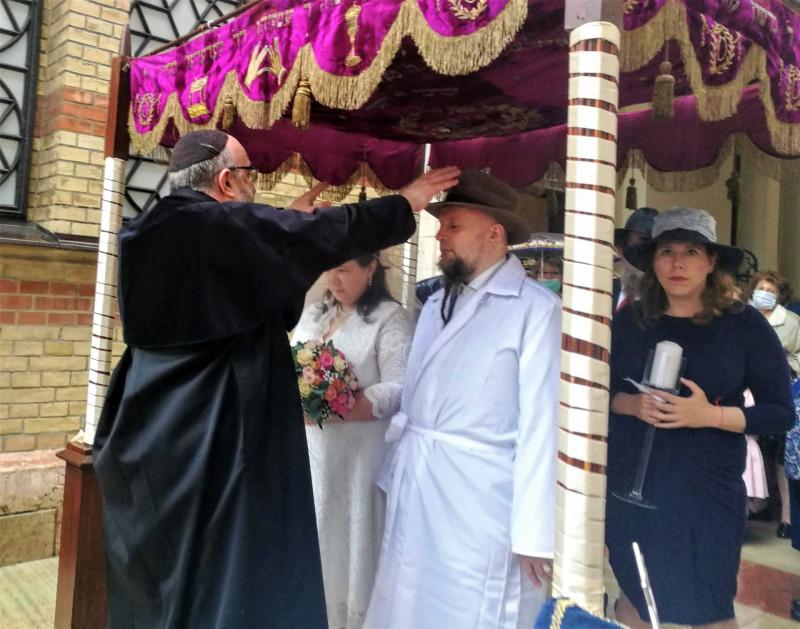 A járvány mérséklődését követően ismét esküvőt tartottak a Dohány zsinagógában