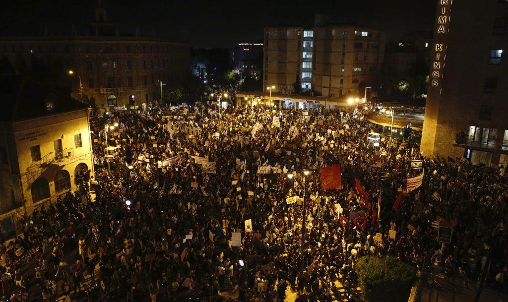Több ezren tüntettek Netanjahu ellen Jeruzsálemben és Tel-Avivban
