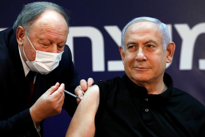 Netanjahut oltották be elsőként a koronavírus elleni vakcinával Izraelben