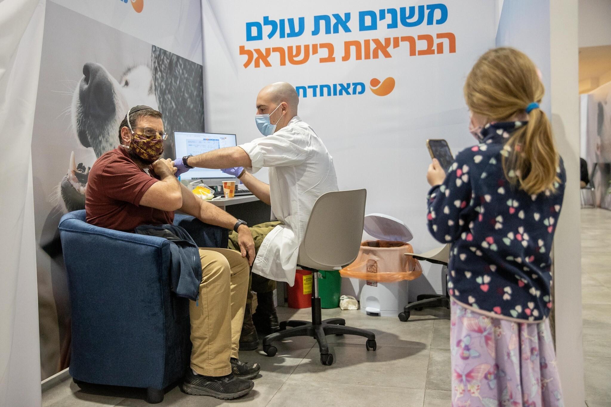 Már csaknem kétmillió izraeli megkapta az első dózist a koronavírus elleni vakcinából